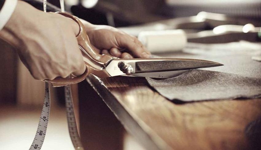 При покупке ткани лучше приобрести полотно с запасом 5-7 см дополнительно к припускам на швы