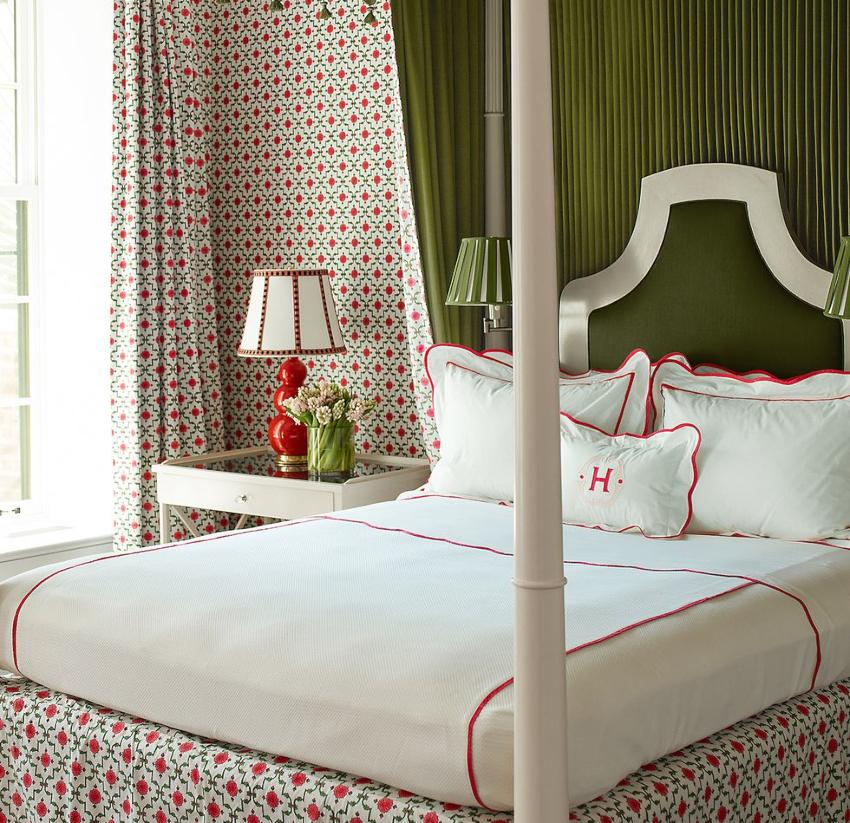 Значительную роль в создании общего цветового фона спальни играют шторы