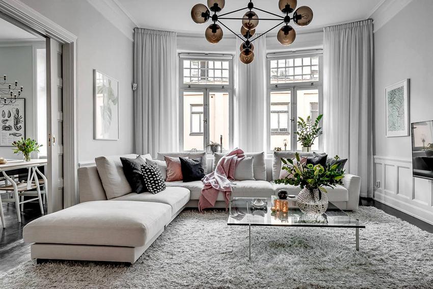 При оформлении окон в скандинавском стиле используются шторы или занавески их светлых натуральных тканей