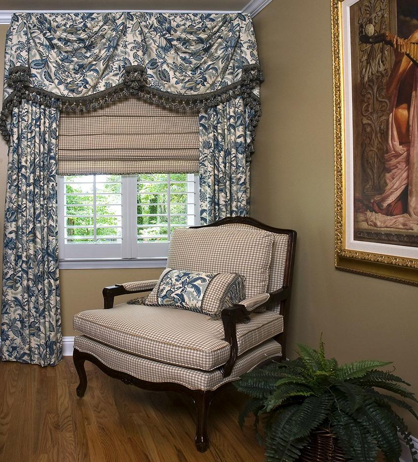 Ламбрекены могут быть сделаны из такой же ткани, как и шторы, или отличаться по цвету и фактуре