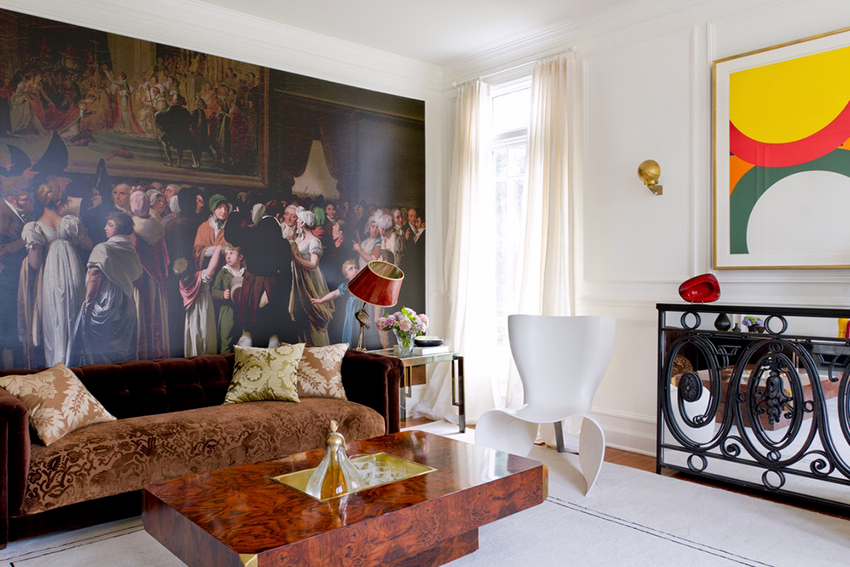Гостиную в классическом стиле можно декорировать как плотными шторами, так и легкими занавесками