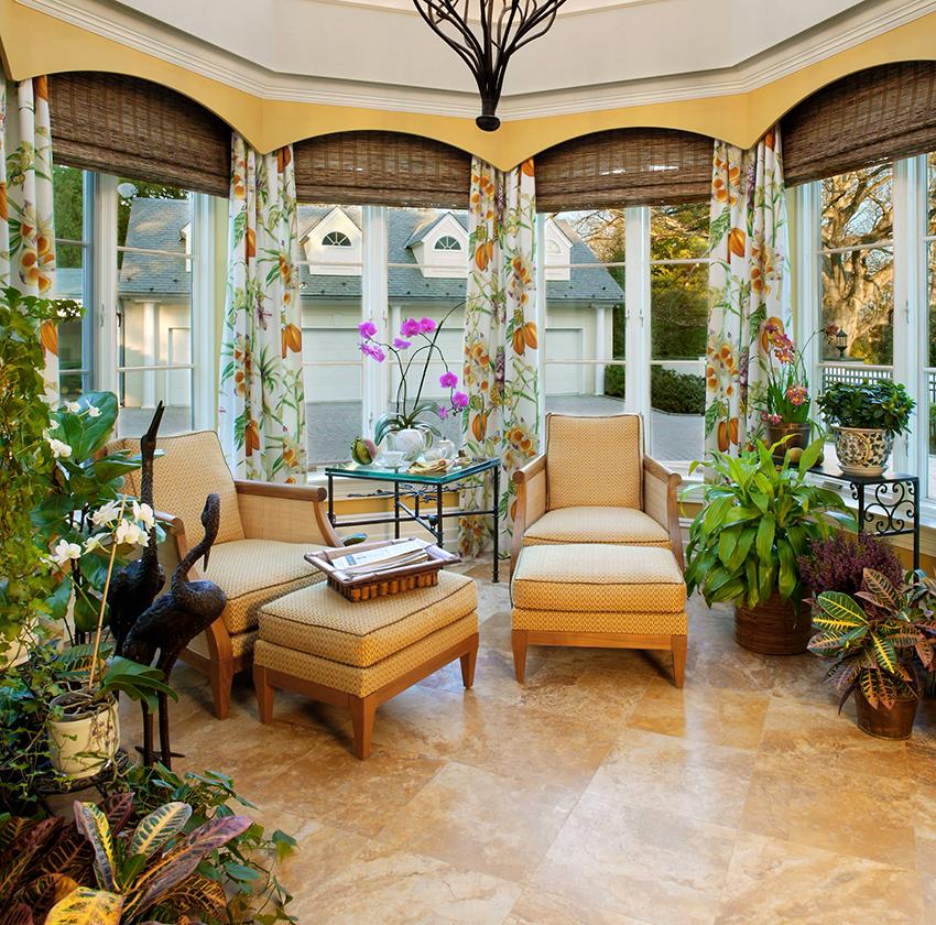 Эркерные окна можно декорировать римскими шторами и легкими занавесками