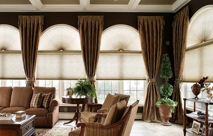Шторы в классическом стиле декорируются с помощью оборок, подхватов, окантовки и ламбрекенов