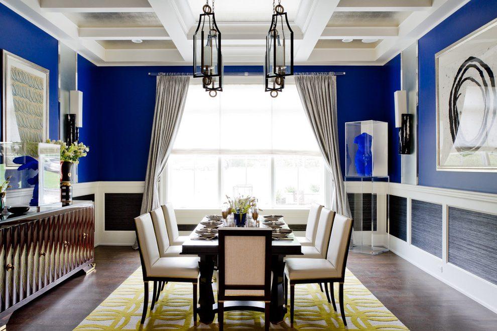 Комната с синими обоями в сочетании с белыми успокаивает, снимает усталость после рабочего дня