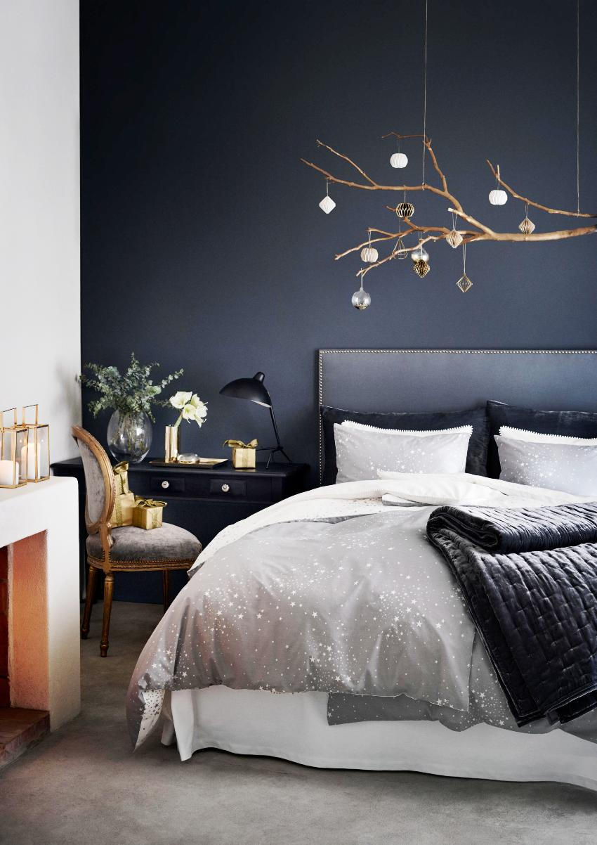 Обоями синего цвета без узора и рисунка лучше оклеить только одну стену комнаты