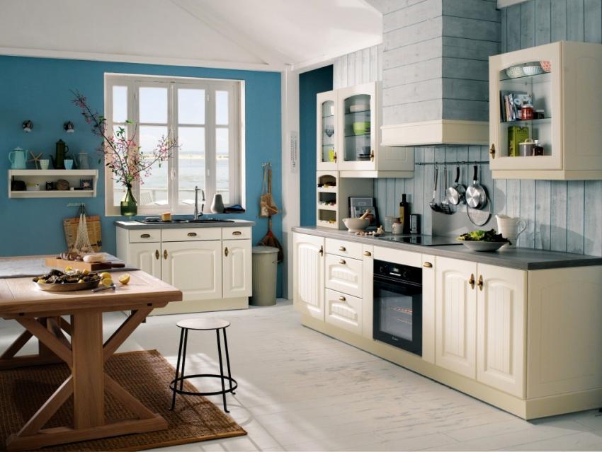 На кухне синие обои прекрасно сочетаются с белым или бежевым гарнитуром