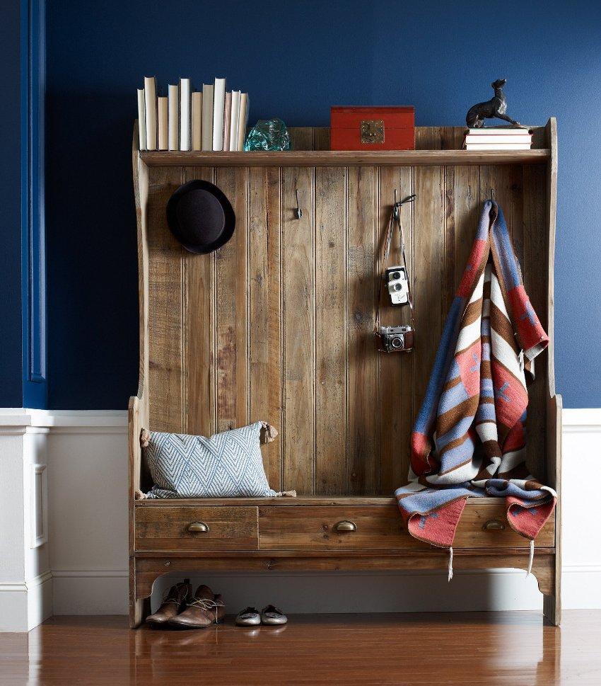 Частым вариантом комбинирования отделки стен синего цвета является ее деление по горизонтали