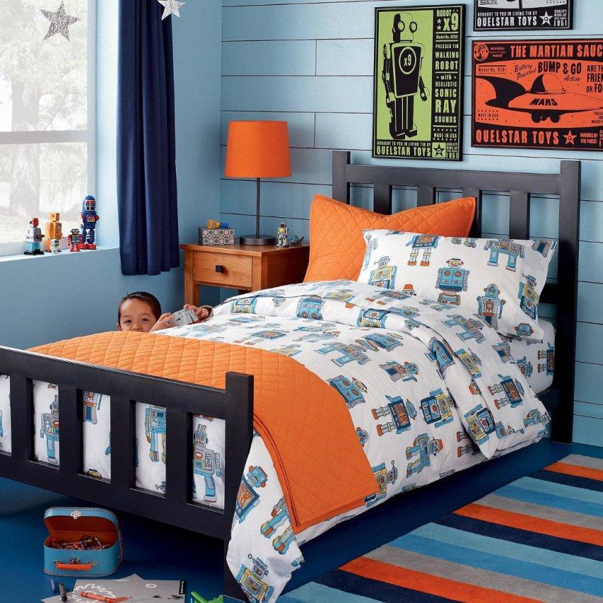 Если малыш гиперактивен и его нужно настраивать на мирный лад, можно использовать для оформления стен синие обои
