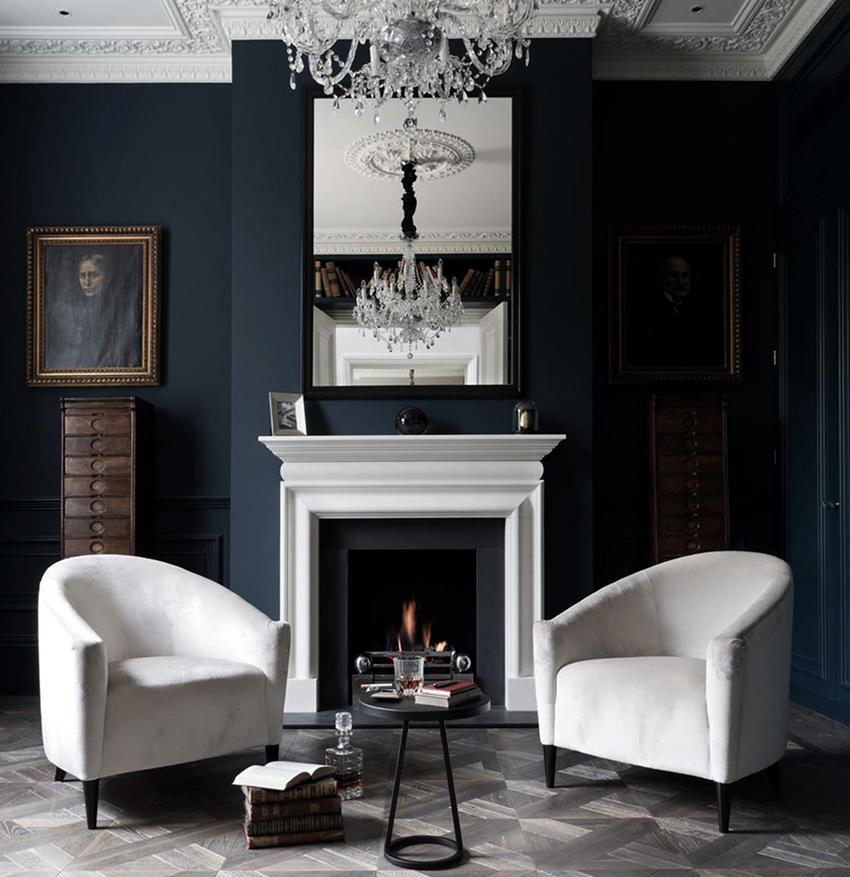 На фоне темных стен гостиной эффектно будет смотреться светлая мебель