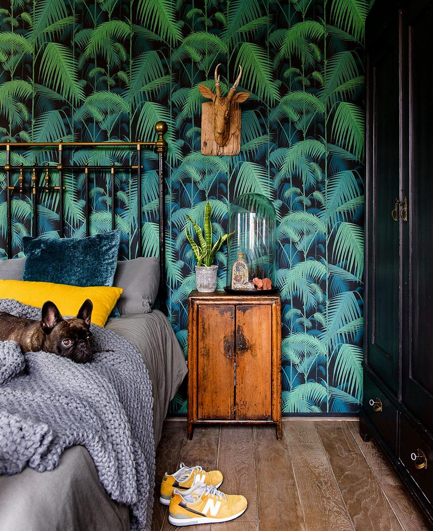 Темные обои в спальне необходимо оттенять более светлыми элементами интерьера