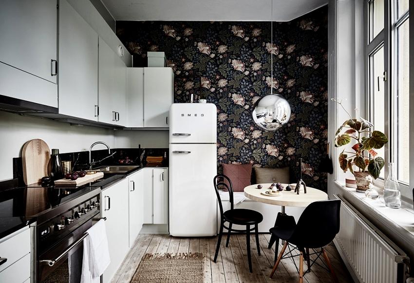 Светлый кухонный гарнитур и темные обои на стенах смотрятся смело и нестандартно