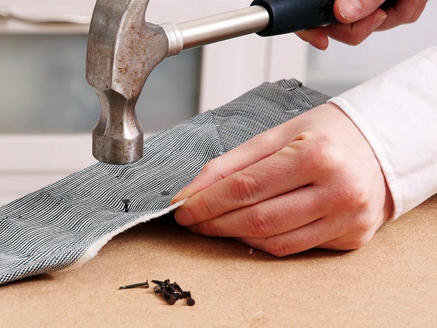 Для обивки углового дивана необходимо запастись поролоном и тканью