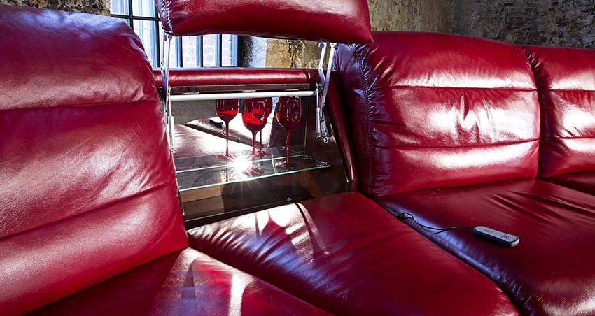 Многофункциональные диваны позволяют сэкономить пространство в комнате