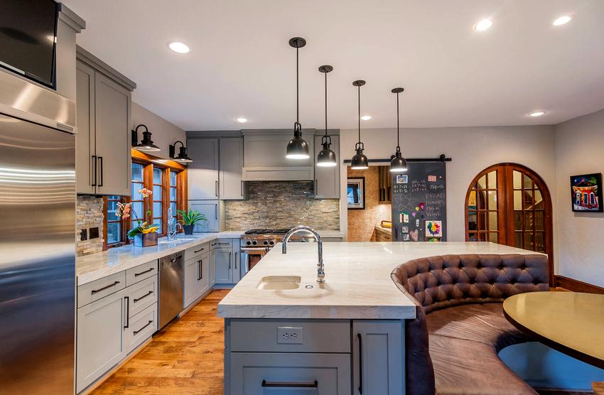Нетривиально в интерьере кухни будет выглядеть островок, который дополнен угловым диваном полукруглой формы