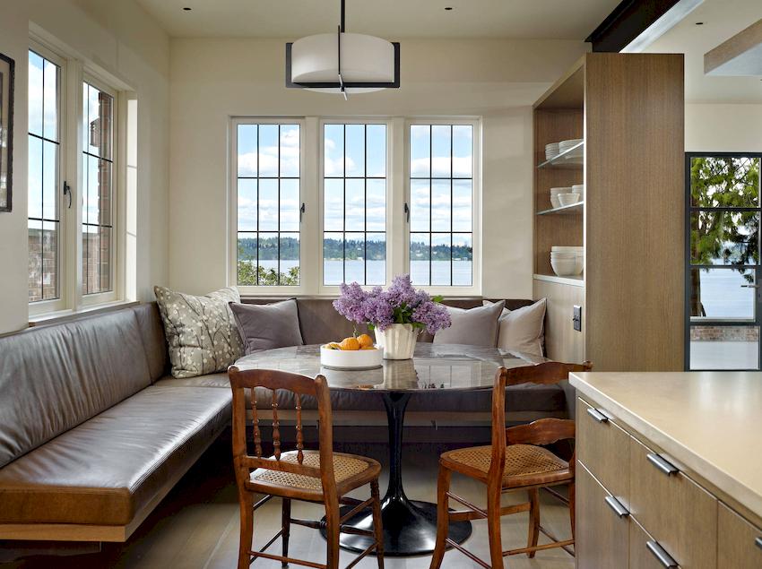 Для обрамления обеденной мебели и дивана можно использовать искусственную нишу, сформированную из шкафов, предназначенных для посуды