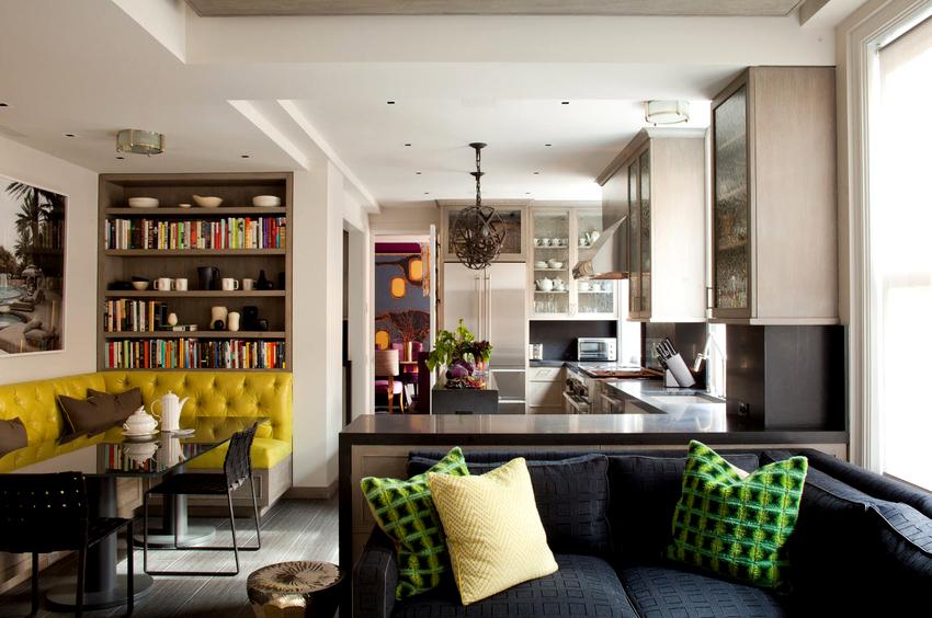 Прекрасным вариантом для обустройства зоны отдыха на кухне станет диван расположенный у окна