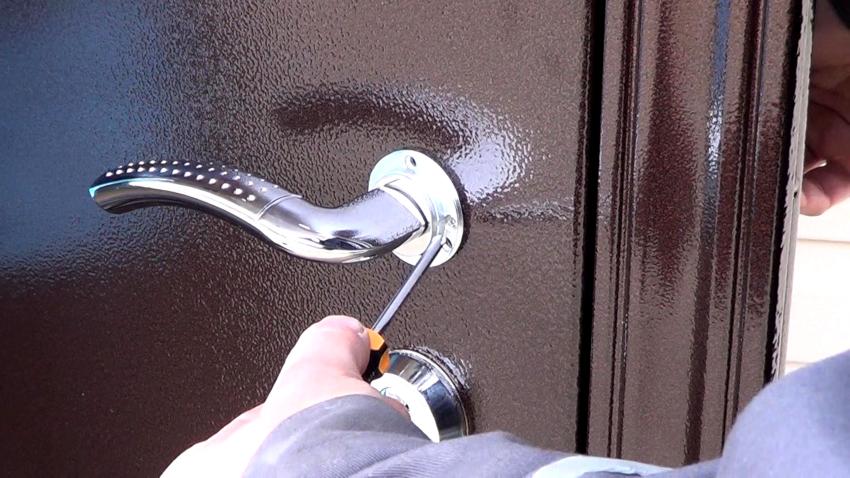 После извлечения старого механизма можно приступить к замене личинки замка входной двери