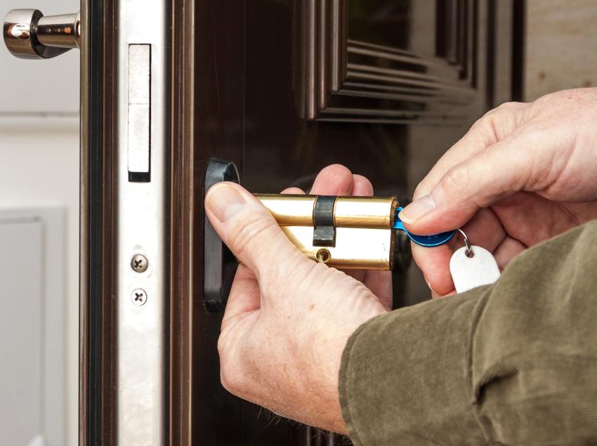 Для того чтобы заменить личинку в металлической двери достаточно одной отвертки