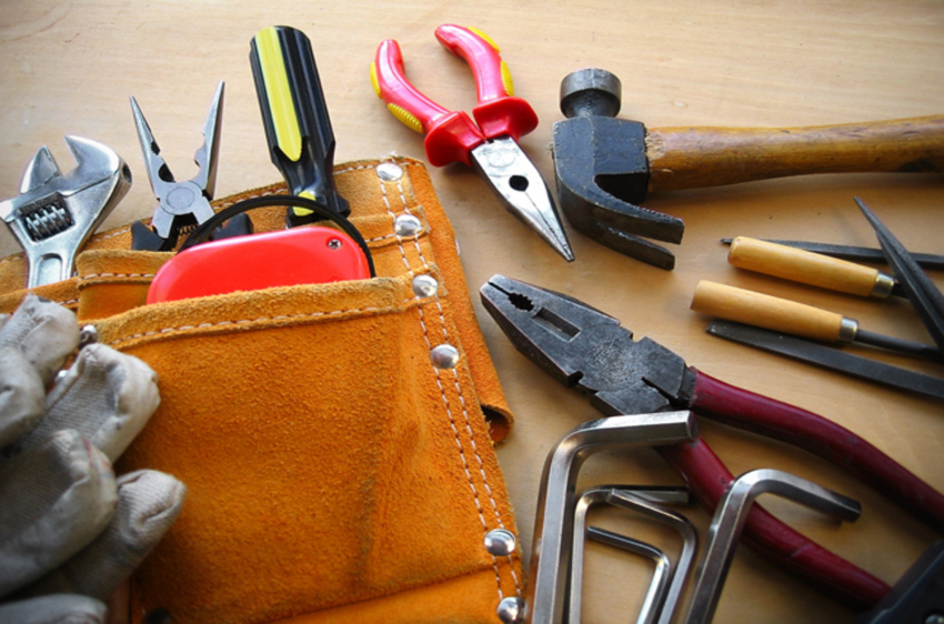 Для замены замка понадобятся такие инструменты: молоток, шуруповерт, стамеска, маркер, измерительная рулетка