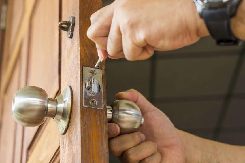 Перед тем как приступить к смене дверного замка, необходимо выполнить соответствующие замеры, чтобы избежать ошибки