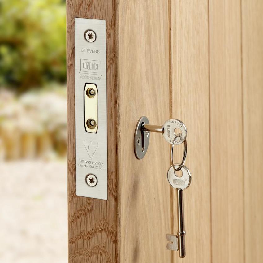 Перед тем как приступить к смене замка в двери, необходимо определить тип устройства