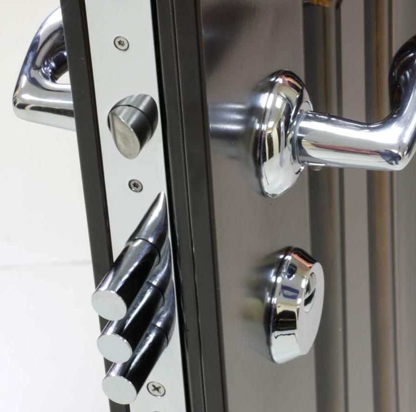 Для того чтобы поменять замок в железной двери, необходимо осуществить правильный выбор нового механизма