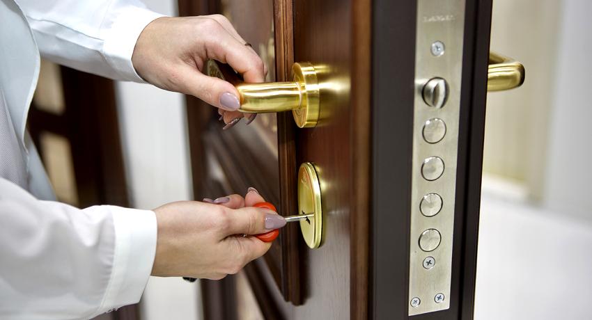 Замена замка в железной двери отличается трудоемкостью и требует определенного времени