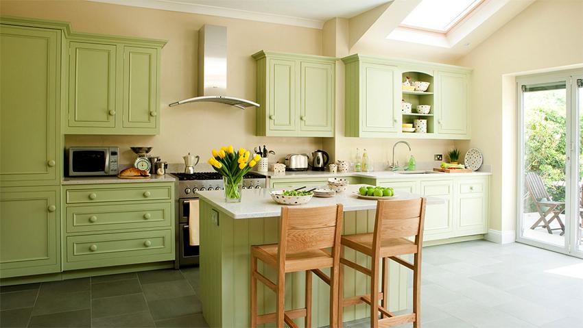 Салатовая кухня создает теплую весеннюю атмосферу в помещении