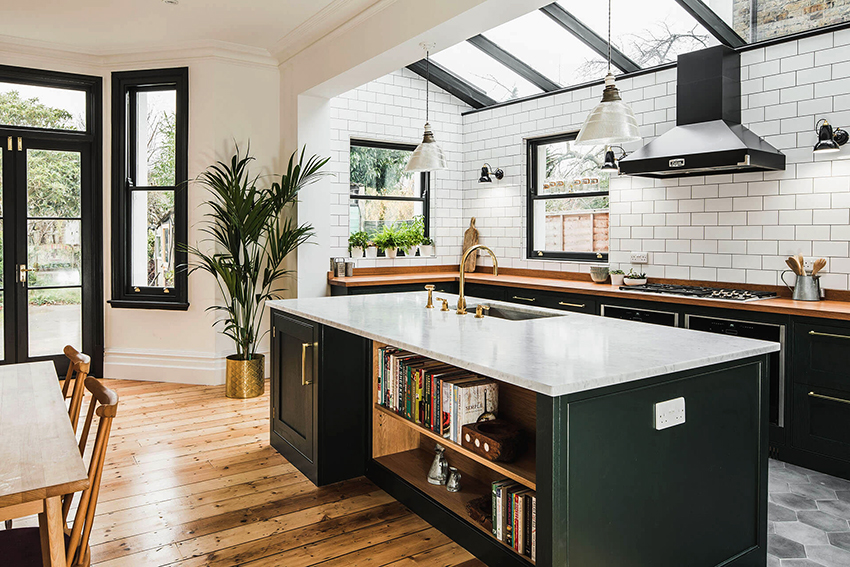 Чтобы не перенасытить интерьер зеленой кухни, необходимо правильно подобрать сопутствующие цвета
