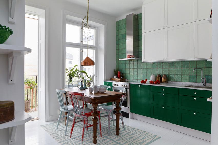 Кухня в изумрудных и малахитовых оттенках выглядит ярко и сочно