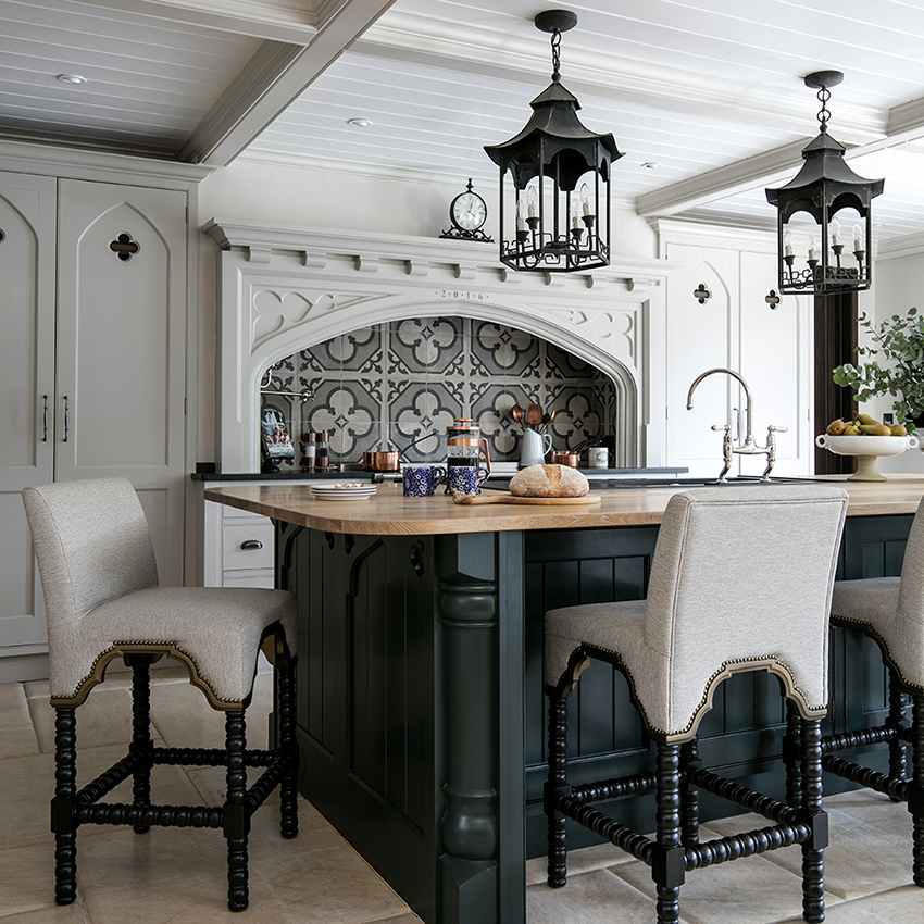 Чаще всего потолок зеленой кухни оформляют в серых или белых тонах