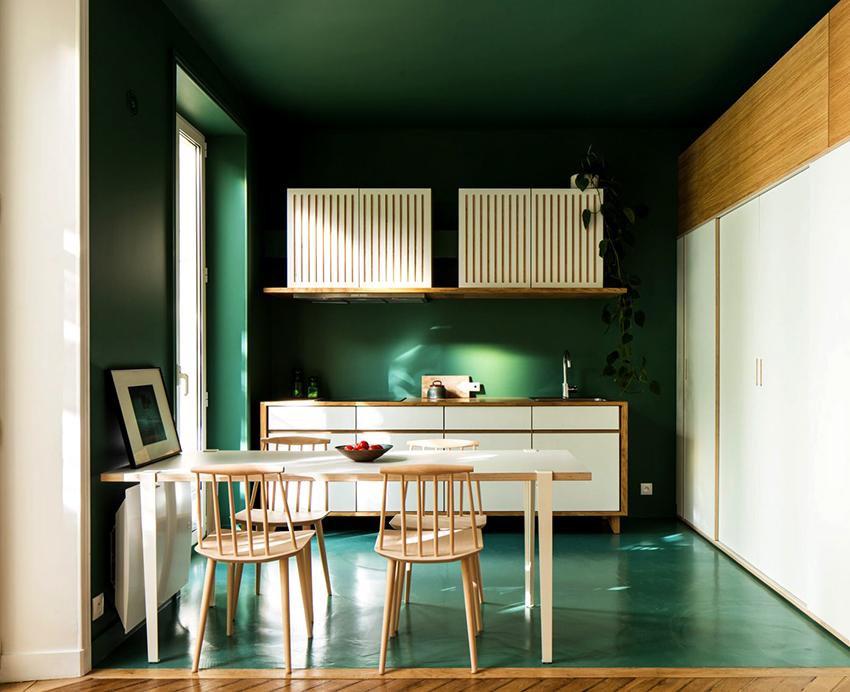 Если поверхности помещения оформлены в зеленом цвете, то мебель должна быть сдержанных оттенков
