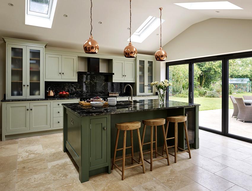 Приглушенные зеленые цвета можно дополнить деревянными элементами