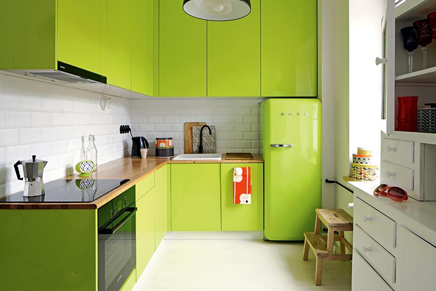 Если в салатовом цвете выполнен кухонный гарнитур, то стены должны быть спокойного оттенка