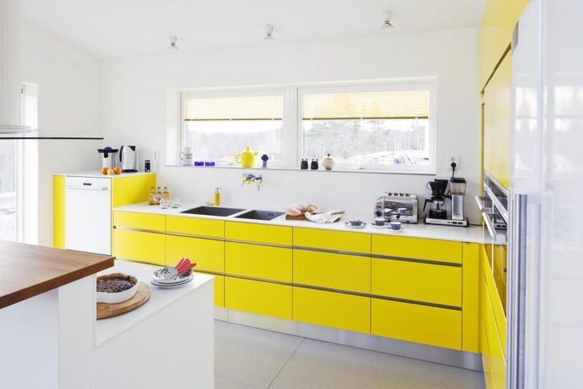 Белый часто комбинируют в интерьере кухни с достаточно ярким солнечным оттенком желтого