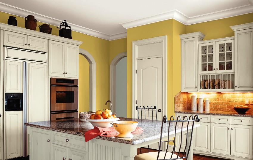 Бело-желтая гамма прекрасно впишется в интерьер кухни, что сделает пространство воздушным