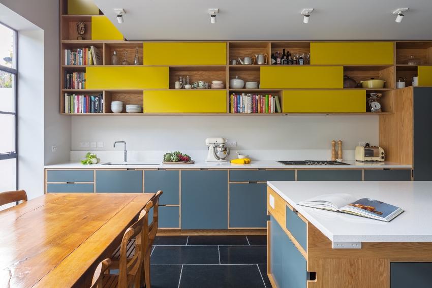 Даже маленькая кухня в сине-желтых тонах будет яркой и комфортной