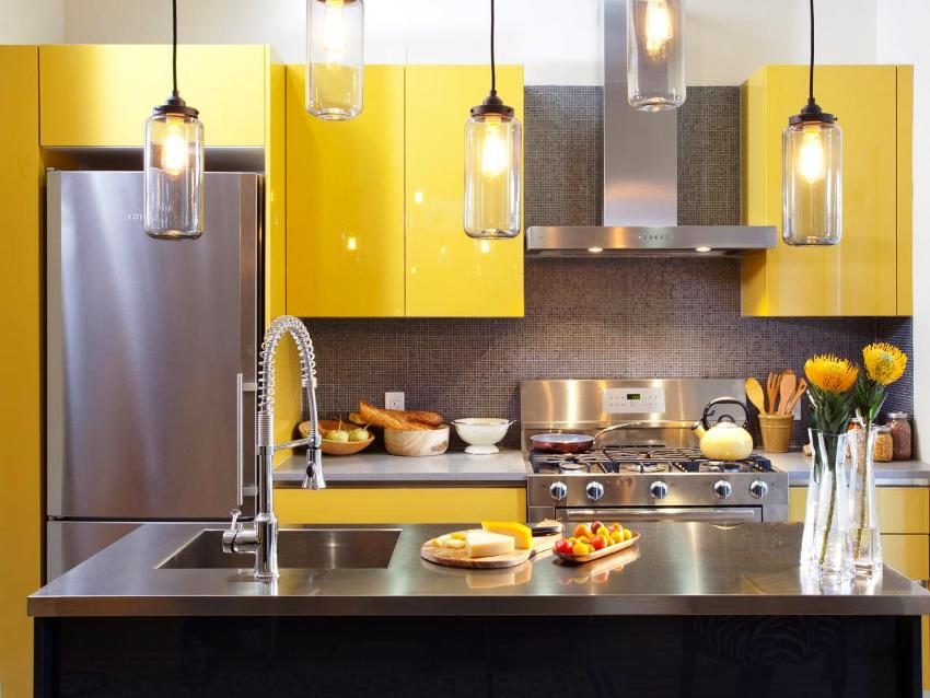 При оформлении кухни веселым солнечным цветом следует принять во внимание важные детали
