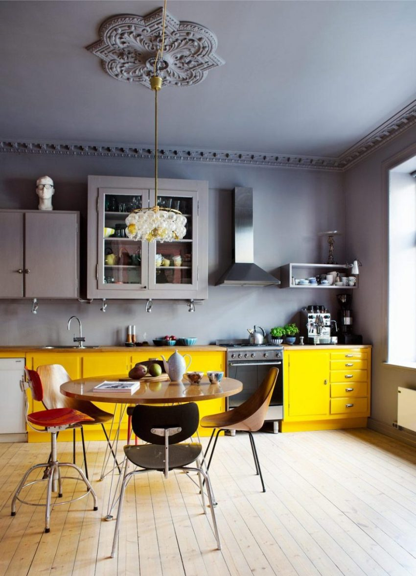 Кухни оформленные в желтом цвете дизайнеры рекомендуют разбавить другими, менее яркими цветами