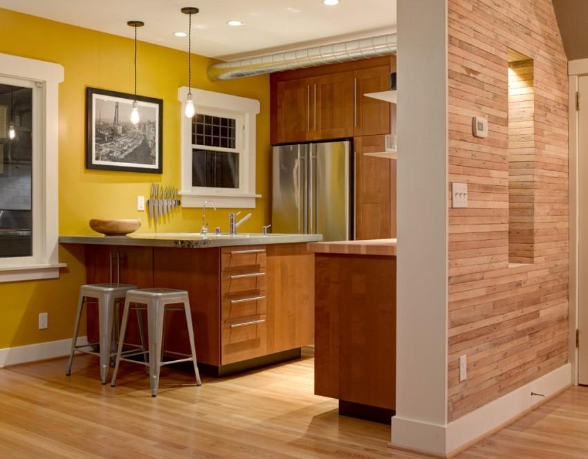 Органично смотрится сочетание солнечного цвета с отделкой в коричневых тонах, особенно в природных древесных оттенках