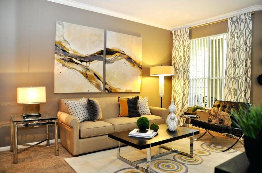 Для гостиной, которая имеет небольшую площадь нужно подбирать соответствующих габаритов диван