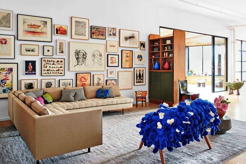 Существует масса способов обыграть стену над диваном, сделав ее необычной и оригинальной