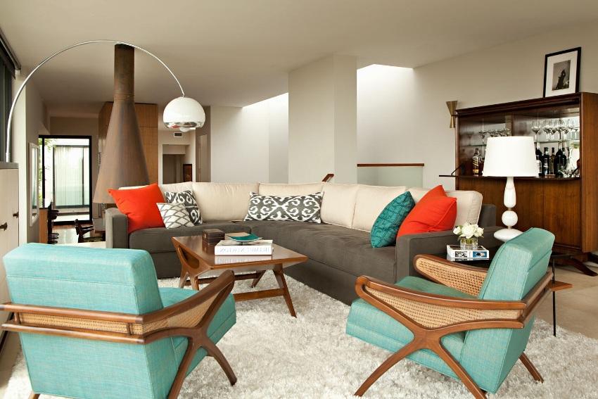 Часто большие диваны оборудуют ящиками для белья, различными полочками или откидными столиками