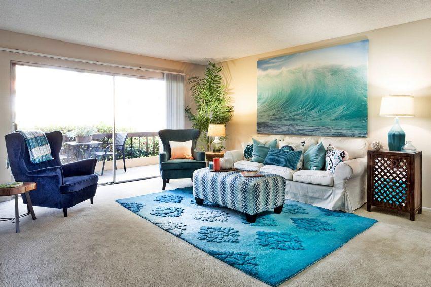 Стену за диваном можно украсить с помощью разнообразных картин и плакатов
