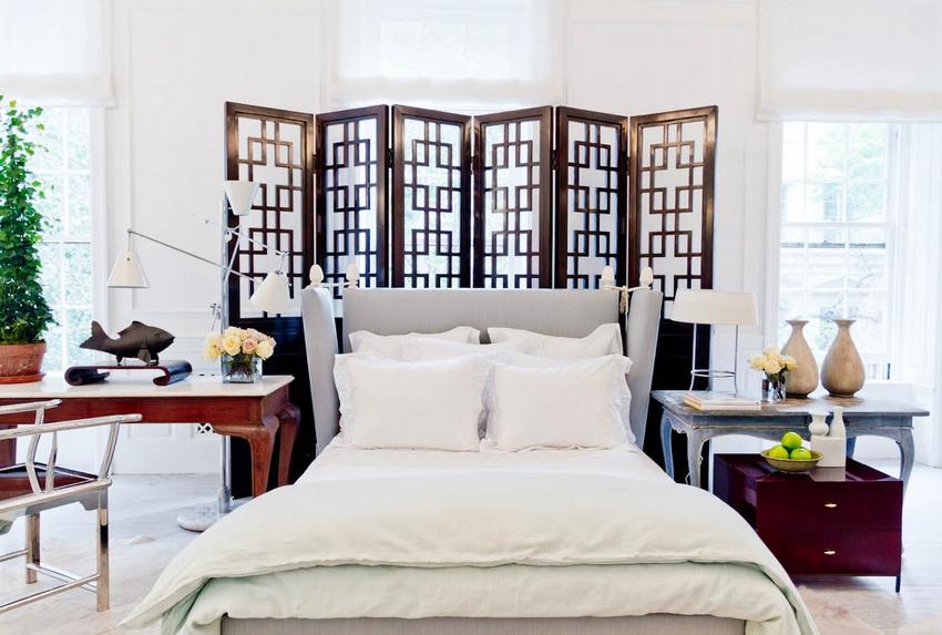 Белоснежная отделка, как чистый холст для создания образа спальни, в которой будет уютно и комфортно