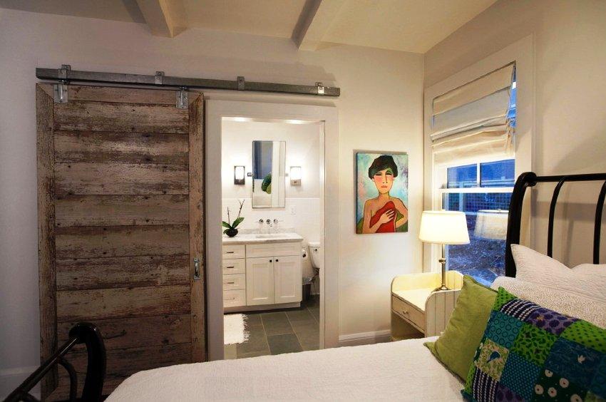 Параллельно с выбором цветовой гаммы и стиля, можно планировать отделку потолка, стен и пола спальни
