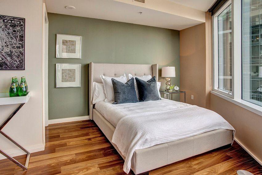 Стены спальни 12 кв. м лучше оформить в светлых нейтральных тонах, такой прием визуально увеличит площадь