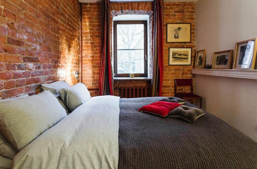 Грубые необработанные поверхности кирпичной кладки прекрасно впишутся в интерьер в стиле лофт спальни 12 кв. м
