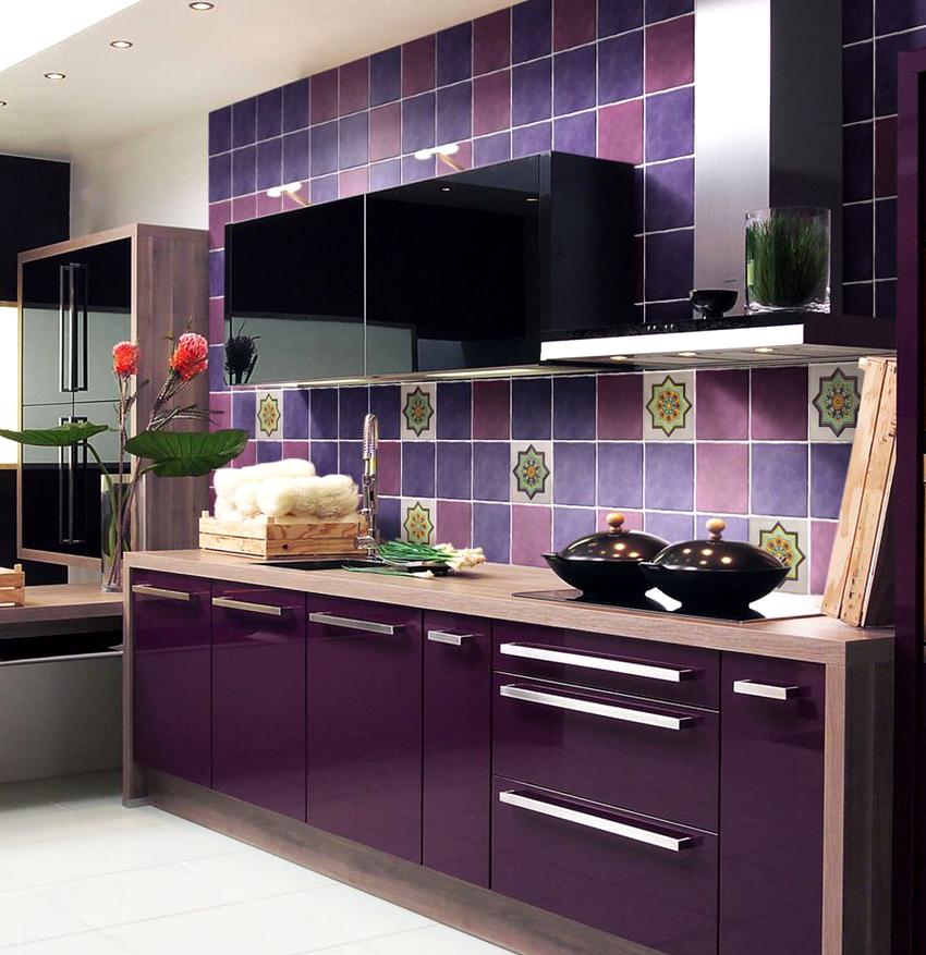 Линейный гарнитур фиолетового цвета органично впишется практически в любое помещение