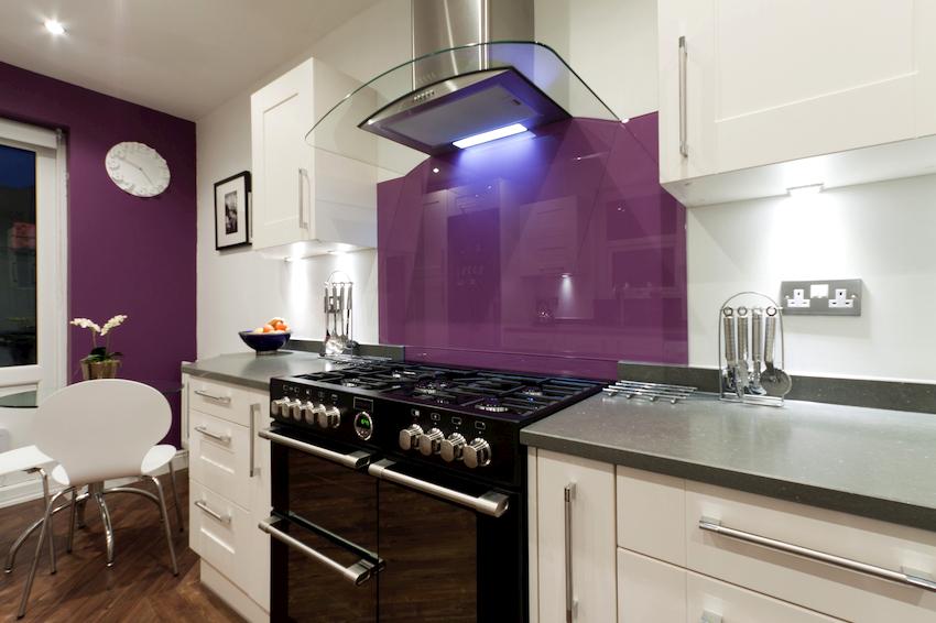 На кухню фиолетового цвета следует подбирать мебель, для которой характерны строгие формы, четкие пропорции